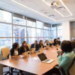 W jaki sposób wyposażyć nowoczesną salę konferencyjną?