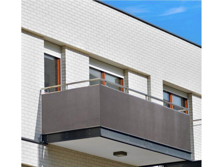 Czym osłonić balkon?